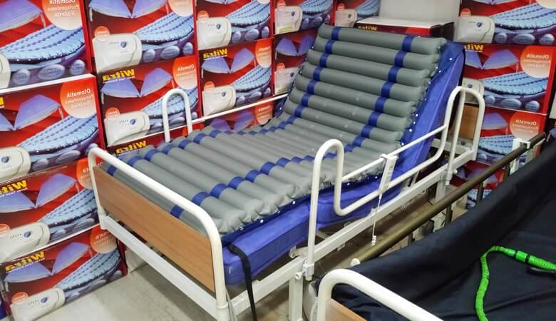 Hazırlanmış bir hasta yatağı